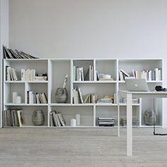 """Bibliothèque basse """"Persienne"""", Cinna. Cette bibliothèque captive le regard avec ses tailles différentes de casiers mais également son fond esprit """"persienne"""" qui a un double rôle. Positionné contre un mur, le fond de ce meuble sublime le décor, installé au milieu d'une pièce, il permettra à la lumière de passer. Malin !"""