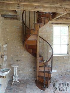 Escalier colimaçon tout bois du XIXe siècle, limon à l'anglaise installé par l'établissement Lachaux. Spiral stair case from XIXth century, with english style silt, installed by Lachaux establishment.