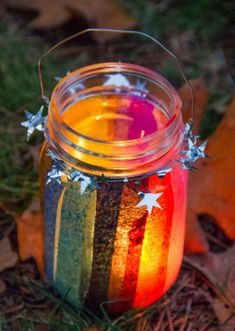 ▷ cool ideas on how to make lanterns mason jar decorated with colored paper strips and silver stars Mason Jar Crafts, Mason Jars, Fun Crafts, Paper Crafts, Waldorf Crafts, Hello December, How To Make Lanterns, Summer Crafts For Kids, Paper Strips