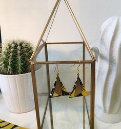 """Boucles d'oreilles """"Désert"""" triangle en métal doré et tissu wax traditionnel africain"""