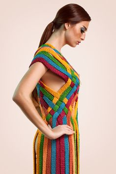 Helen Rödel a Brazilian fashion designer creates modern edgy colorful one of a kind pieces using traditional techniques. I love how Helen plays with color in this piece. The rich burgundy is t… Freeform Crochet, Knit Or Crochet, Extreme Knitting, Diy Crafts Crochet, Mini Robes, Rainbow Fashion, Knitwear Fashion, Crochet Woman, Fashion Show Collection