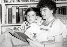 Pamela Lyndon Travers con su hijo Camillus  La historia de la autora de Mary Poppins es bastante novelesca: su hijo, adoptado, era un gemelo al que la escritora separó de su hermano en la cuna sin, al parecer, ningún tipo de remordimiento. Camillus creció creyendo que era hijo natural de Travers, hasta que conoció la verdad con 17 años; parece que nunca llegó a recuperarse del shock.