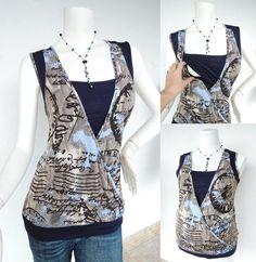 ALEXIS Mokka still-Shirt. Frühe Mutterschaft Kleidung. Stillen-Top. • Körperpackung Shirt mit einfachen Marineblau unterlegen. Marineblau-trim-Detail auf der Rückseite, um die Schultern und Hüften. Der Büste Bereich hat einen doppelten Stich wickeln vorne zu schließen. • Eklektischer inspirierte Postkarte Druck gegen ein Mocha blauer Hintergrund mit dunkelblaue Unterlage • Rüschen auf der Hüfte zu schmeicheln der frühen Schwangerschaft Bauch oder Post-baby-Bauch • Hergestellt aus weicher…