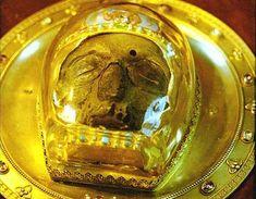 Η κεφαλή του αγίου Ιωάννη του Προδρόμου κλάπηκε από την Κωνσταντινούπολη κατά την άλωσή της από τους Σταυροφόρους το 1204, και από το 1206 βρίσκεται στην πόλη Amiens (Αμιένη) της βόρειας Γαλλίας, στον περίφημο καθεδρικό της ναό, ο οποίος χτίστηκε ακριβώς για να στεγάσει το άγιο αυτό λείψανο και μάλι