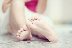 Unsere Füße tragen uns jeden Tag durchs Leben - durchschnittlich circa 10.000 Schritte pro Tag. Bei so viel Bewegung freuen sie sich am Ende des Tages über ganz viel Liebe, Zuneigung und vor allem: Pflege. Verwöhnen Sie Ihre Füße! Wir geben Ihnen hier die 15 besten Tipps für gesunde, gepflegte Füße und Fußnägel.