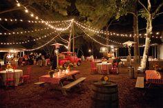 Carnet d'inspiration déco de mariage: Un air de guinguette. Guirlande lumineuse, fanions, banquet, repas en extérieur: la guinguette chic!