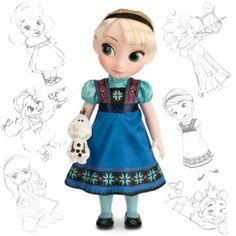 """Die Disney-Künstler haben Elsa mit dieser faszinierenden Puppe als kleines Mädchen dargestellt. Die Heldin aus """"Die Eiskönigin - völlig unverfroren"""" trägt ein gemustertes Satinkleid und hat ein kleines """"Olaf""""-Kuscheltier bei sich."""