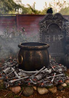 Halloween Outside, Holidays Halloween, Halloween Crafts, Scary Halloween Yard, Halloween Witches, Halloween House, Halloween Stuff, Diy Halloween Graveyard, Halloween Camping