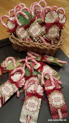 Candy cane party favor - looks like double sided paper folded and glued to form a pocket for the candy cane. Scalloped punch at the top Christmas Favors, Decoration Christmas, Christmas Crafts For Gifts, Stampin Up Christmas, Christmas Candy, Christmas Treats, Christmas Projects, All Things Christmas, Xmas Gifts