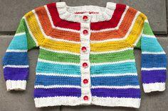 Regnbuecardigan. Sød og anvendelig cardigan i str. 1-4 år. Den er bygget op som en regnbue, men man kan skifte farverne ud, som man synes. Strikket i uld på pinde 4.