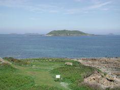 Trélévern, Site de Toul ar Roussin  Le site de Toul Ar Roussin, l'un des plus beau de la côte, mérite qu'on s'y arrête pour deux raisons : d'une part le point de vue sur l'ïle Tomé, les sept îles et la baie de Perros est magnifique ; d'autre part, il évoque toute une tranche d'histoire liée à la défense de la côte du temps où la Baie de Perros, havre de tranquilité pour les navires marchands, étant l'objet de bien des convoitises de la part des bateaux corsaires.