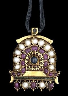 C south India pendant; ruby, emerald, lapis and pearl-set gold. Ancient Jewelry, Antique Jewelry, Vintage Jewelry, Tribal Jewelry, Indian Jewelry, Mughal Jewelry, Traditional Indian Jewellery, Pearl Set, Diamond Brooch
