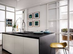 Una casa que encuentra la luz Cracked Wall, Eclectic Design, Old Furniture, Elle Decor, Interior Decorating, Table, Room, Forts, Kitchens