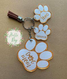 Custom glittered dog mom keychain with matching mini dog paw prints Diy Resin Keychain, Dog Keychain, Acrylic Keychains, Monogram Keychain, Keychain Design, Keychain Ideas, Mom Jewelry, Resin Jewelry, Diy Resin Crafts