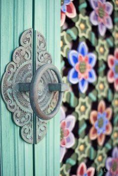 Temple Door in Korea Black Door Handles, Knobs And Handles, All About Doors, Door Knobs And Knockers, Door Detail, Door Steps, Door Accessories, Unique Doors, Black Doors