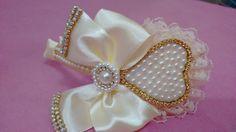 Tiara coração feito de pérolas, strass, fita de cetim. A tiara é super confortável, n quebra e nem machuca.