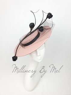 Millinery By Mel design - Kleidung historisch - Hut Fancy Hats, Cool Hats, Mother Of Bride Outfits, Types Of Hats, Head Jewelry, Wearing A Hat, Love Hat, Fascinator Hats, Hair Ornaments