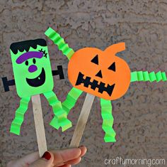 Make some fun Halloween popsicle stick puppets with your kids! We made mini pumpkins and Frankenstein crafts for Halloween!