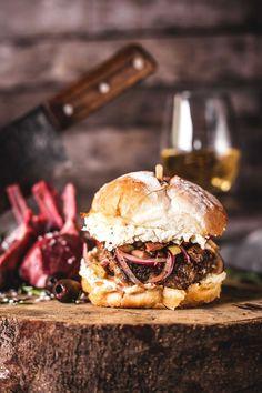 Hambúrguer de cordeiro com queijo feta  (Foto: Julia Guedes)