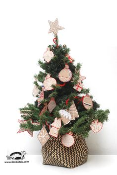 DIY Cardboard Christmas Decorations - a fun and easy craft to create beautiful ornaments from cheap materials. They look like gingerbread! Cute Christmas Ideas, Christmas Arts And Crafts, Christmas Decorations, Christmas Tree, Holiday Decor, Diy Karton, Cardboard Toys, Diy Toys, Toy Diy