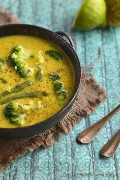 curry végétarien aux légumes verts  - 1  cuillère à soupe d'huile de coco  - 250 g de haricots verts  - 1 petit brocoli  - 1 cuillère à soupe de pâte de curry  - 2 cm de gingembre frais  - 1 oignon  - 30 cl de bouillon de légumes  - 40 cl de lait de coco  - 1 jus de citron vert  - citronnelle sèche  - coriandre  - sel, poivre