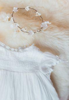 Robe de Baptême Traditionnelle longue pour Bébé. La robe Charlotte est une robe de baptême intemporelle, aux détails travaillés. Bandes de dentelles ancienne, manches ballons resserrées par des rubans, ou encore col rehaussé d'un galon de dentelle en coton, cette robe pourra traverser des générations. Peut s'accessoiriser avec une couronne de fleurs.