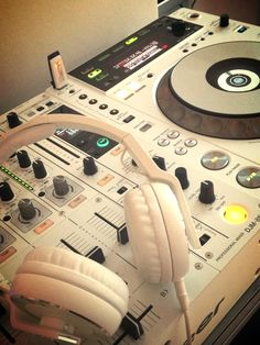 PIONEER 850 with white headphones to match.            hip hop instrumentals updated daily => http://www.beatzbylekz.ca
