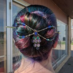 How gorgeous is this Parade of Colors peacock flexi clip in her rainbow hair? Mega flexi clip from Oil Slick Hair Color, Hary Styles, Easy Updos For Long Hair, Slick Hairstyles, Beautiful Braids, Rose Hair, Rainbow Hair, Hair Dos, Hair Lengths