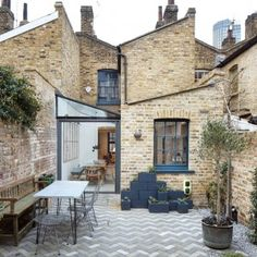 Fraher+Architects+adds+glass-roofed+extension+to+terraced+house+in+London Architecture Renovation, Architecture Design, Fashion Architecture, London Architecture, Lofts Pequenos, Chalet Design, House Design, Patio Design, Conservatory Kitchen