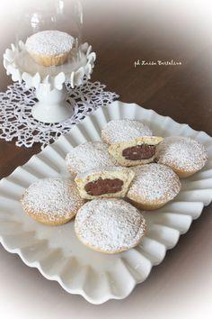 Bocconcini di frolla con crema di nocciole Un guscio friabile di pasta frolla racchiude un dolce e goloso ripieno di crema alle nocciole ( cioè, la Nutella ;) ).