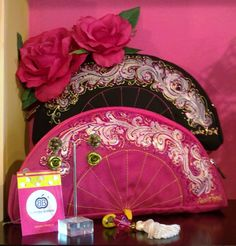 carteras flamenca - Buscar con Google Spain Fashion, Women's Fashion, Dance Dresses, Clutch Purse, Hand Fan, Purses And Handbags, Hand Embroidery, Pouch, Wallet