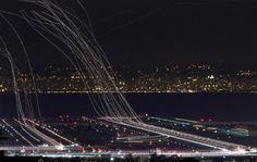 Galería de fotografías nocturnas de larga exposición mostrando aviones durante aterrizaje y despegu