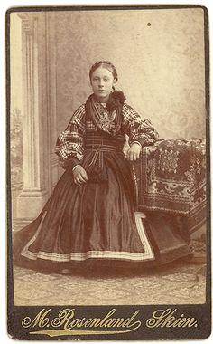 Ung jente i beltestakk med rutete skjorte Vintage Photographs, Vintage Photos, Folk Costume, Costumes, Bridal Crown, Antique Clothing, Everyday Dresses, Victorian Era, Traditional Dresses