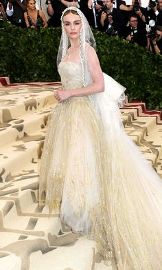 2018 Met Gala: Kate Bosworth is wearing an ivory and gold Oscar de la Renta gown with a lace veil. Kate always stuns on the Met Gala red carpet and she always dresses according to the theme perfectly! Gala Dresses, Nice Dresses, Flower Girl Dresses, Wedding Dresses, Sparkly Dresses, Fabulous Dresses, Long Dresses, Celebrity Outfits, Celebrity Style