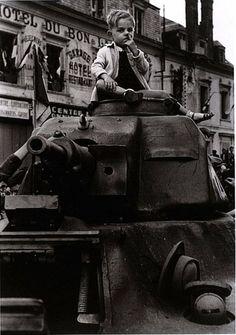 On a gagné les doigts dans le nez ! : ) / Up your nose kid ! / Paris. / Aout 1944. / August, 1944. / By Robert Capa.