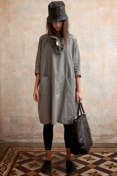 The ultimate apron Quoi Porter, Shabby Look, Fashion Outfits, Womens Fashion, Fashion Trends, Fashion Plates, Gray Dress, What To Wear, Style Me