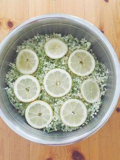 Hemgjord flädersaft det är sommar på riktigt det! Då min egen fläderbuske är på tillväxt begav jag mig ut i grannskapet på jakt efter fläderblommor. Hem kom jag med en plastpåse fylld till bredden med alldeles underbart doftande fläderblommor. Nu ska det bli saft minsann! Hemgjord flädersaft ca 50 st fläderblommor 1000 g (ca 11 … Low Cholesterol, Honeydew, Preserves, Lemonade, Tea Time, Smoothies, Recipies, Food And Drink, Lime