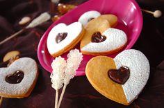 とてもなめらかで濃厚なガナッシュが、サクサククッキーでサンド。キュートなハートの形はバレンタインにもってこい!ハートのチョコサンドクッキー/井手田 幸のレシピ。[洋菓子/デザート]2009.07.03公開のレシピです。