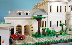 qian yj built a wonderful grand villa. The white residence is a full scale home complete complete with a greenhouse, garage and great landscape details. Legos, Lego Lego, Lego Mansion, Chateau Lego, Lego Display, Amazing Minecraft, Lego Blocks, Lego Room, Lego Modular