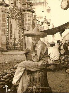 """cazadordementes: """" Anciano vendedor de fruta frente a la Catedral de Zamora, Michoacán, México, año de 1927. """""""