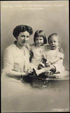 Grande-duchesse Feodora de Saxe Meiningen (1890-1972) épouse du grand-duc William Ernst de Saxe-Weimar-Eisenach(1876-1923) avec la princesse Sophie (1911-1988) et le prince Karl-Auguste (1912-1988)