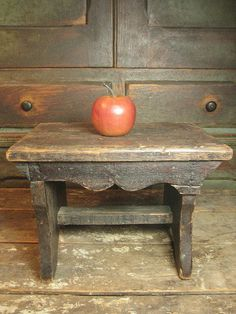 Grandpa's Old Country Farmhouse Wooden Carved Stool Furniture Projects, Painted Furniture, Diy Furniture, Primitive Furniture, Country Furniture, Old Benches, Wooden Benches, Antique Bench, Vintage Stool