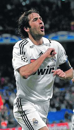 """Raúl González Blanco, the great captain of Real Madrid for many years. When he played in Germany, fans called him """"Her Raul"""" Real Madrid Football Club, World Best Football Player, Good Soccer Players, Football Love, Football Is Life, World Football, Sport Football, Nike Soccer, Soccer Cleats"""