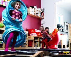 Дети играют с игровой мебелью и игрушками ИКЕА