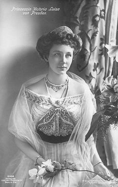 Another tiara that made it's way, briefly, into the jewel pool of the Greek Royal Family was this 'Hellenic' tiara, which started life with Princes Victoria of Prussia. Her daughter, Frederica, took it with her to Greece when she wed King Paul of Greece on 9 January 1938
