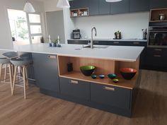 gråt køkken med egetræ fra Svane Køkkener / Grey kitchen