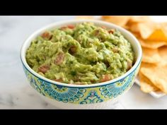 For the best guacamole, use ripe avocados. You'll know when an avocado is ripe when it gives just slightly when squeezed. Keep unripe avocados at room temperature until they are ready. Homemade Guacamole Easy, Guacamole Recipe Easy, Avocado Recipes, Top Recipes, Cookbook Recipes, Easy Recipes, Vegan Recipes, Blender Recipes, Lunch Recipes