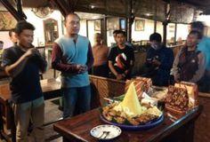 Jelang Ramadhan Komandan Provos Polda Jatim Potong Tumpeng dan Bagi Bingkisan Tribratanews Polda Jatim