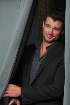 tom welling - sexy look Tom! Lois E Clark, Clark Kent, Pretty People, Beautiful People, Tom Welling Smallville, Tom Love, Tom Ellis, Dream Guy, Hollywood