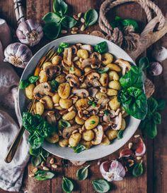 Rezept für knusprig gebratene Gnocchi mit Champignons, Knoblauch-Basilikum-Petersilien Pesto und Pinienkerne - vegan, lecker und schnell zubereitet! ;-)